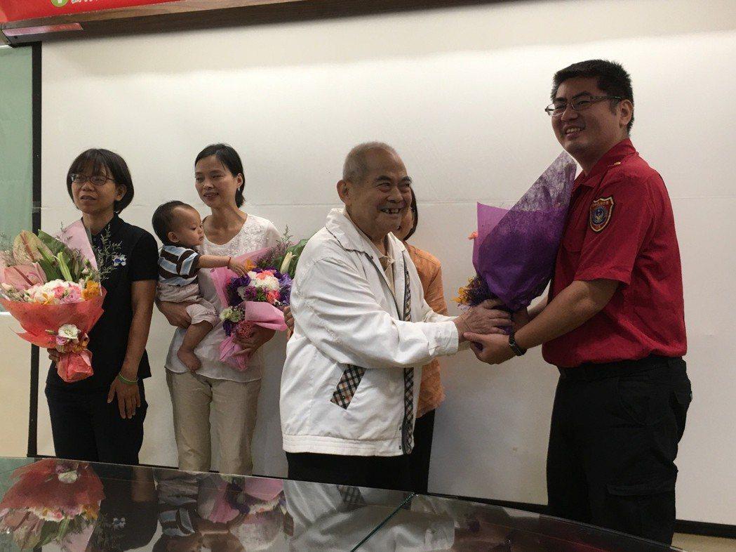 雲林縣民陳萬得(右二)送花感謝急救的志工、救護人員及醫療團隊。 記者陳雅玲/攝影