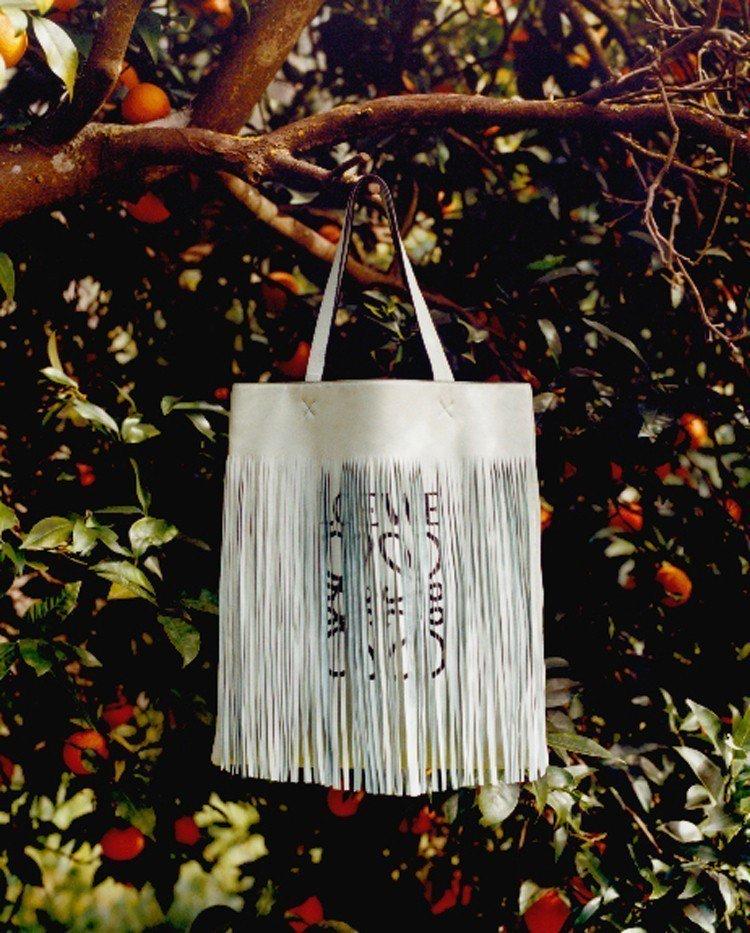 LOEWE的Paula's Ibiza系列流蘇托特包,價格店洽。圖/LOEWE提...