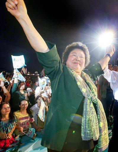2010年高雄市長選舉,楊秋興脫黨參選,反取代黃昭順成為陳菊的主要對手,泛藍陣營...