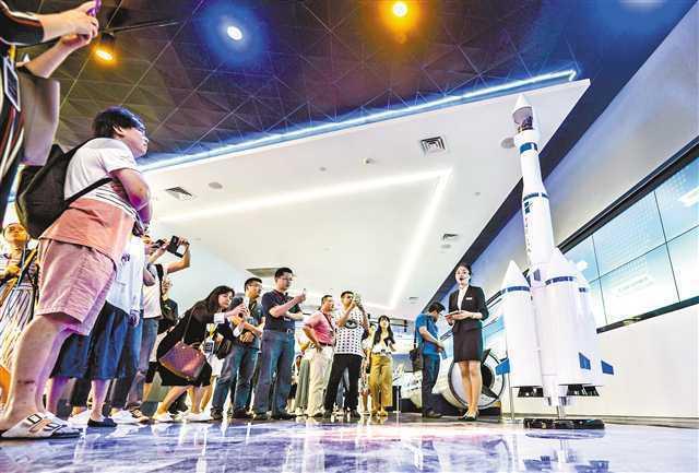 5月8日位於重慶兩江新區的兩江企業總部大廈,與會者正在參觀火箭模型。(人民網)