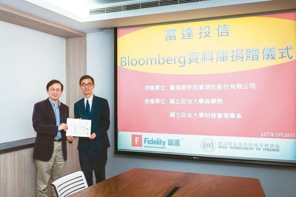 政大商學院院長蔡維奇(左)致贈富達國際台灣區負責人王友華感謝狀。 富達/提供