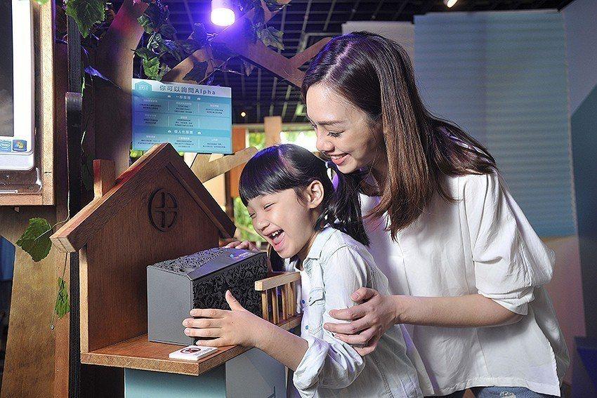 「智慧語音助理」讓小朋友體驗用「說」的就可以操控電燈的智慧科技。 工研院/提供