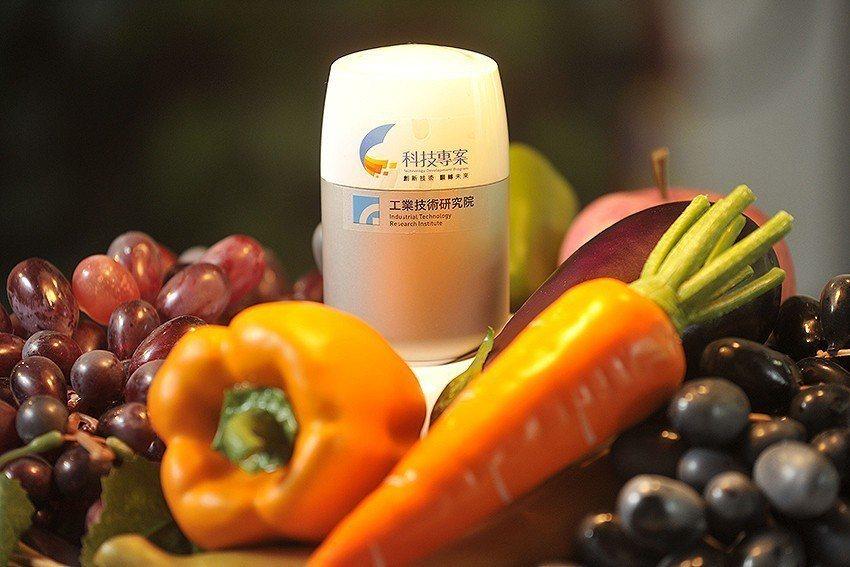 「隨手型智慧蔬果農藥檢測器」能讓蔬果農藥殘程度在清洗的過程中一目了然,消費者可以...