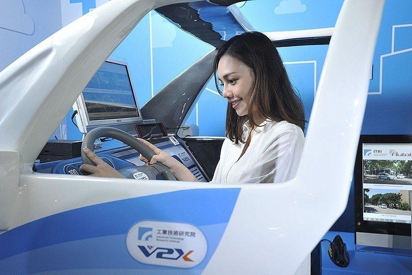 「iRoadSafe智慧道路安全警示系統」,提升車輛對環境的感知能力,提供駕駛者...