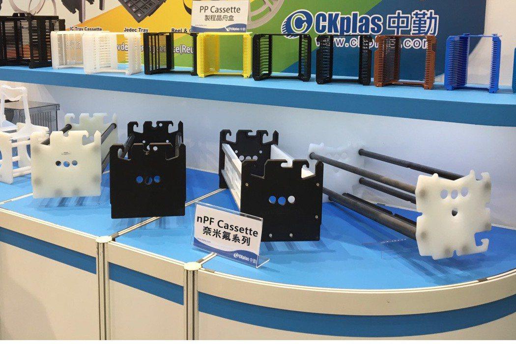 中勤實業展出最新開發的120 slot奈米側鏈聚四氟乙烯卡匣系列產品。 中勤實業...