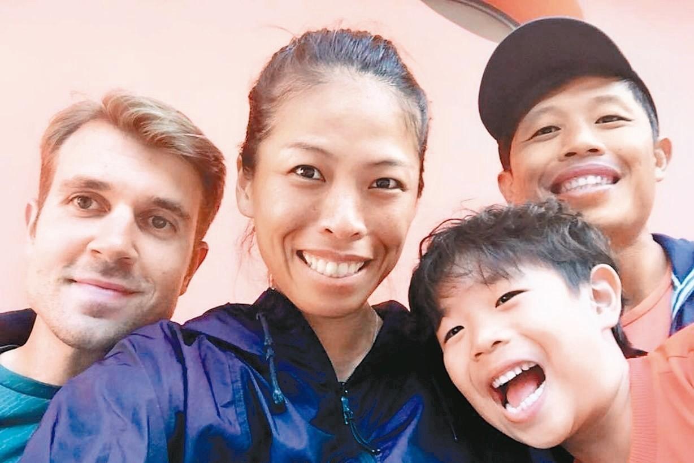 謝淑薇(中)在羅馬網賽單打32強止步。 圖/擷圖自謝淑薇臉書