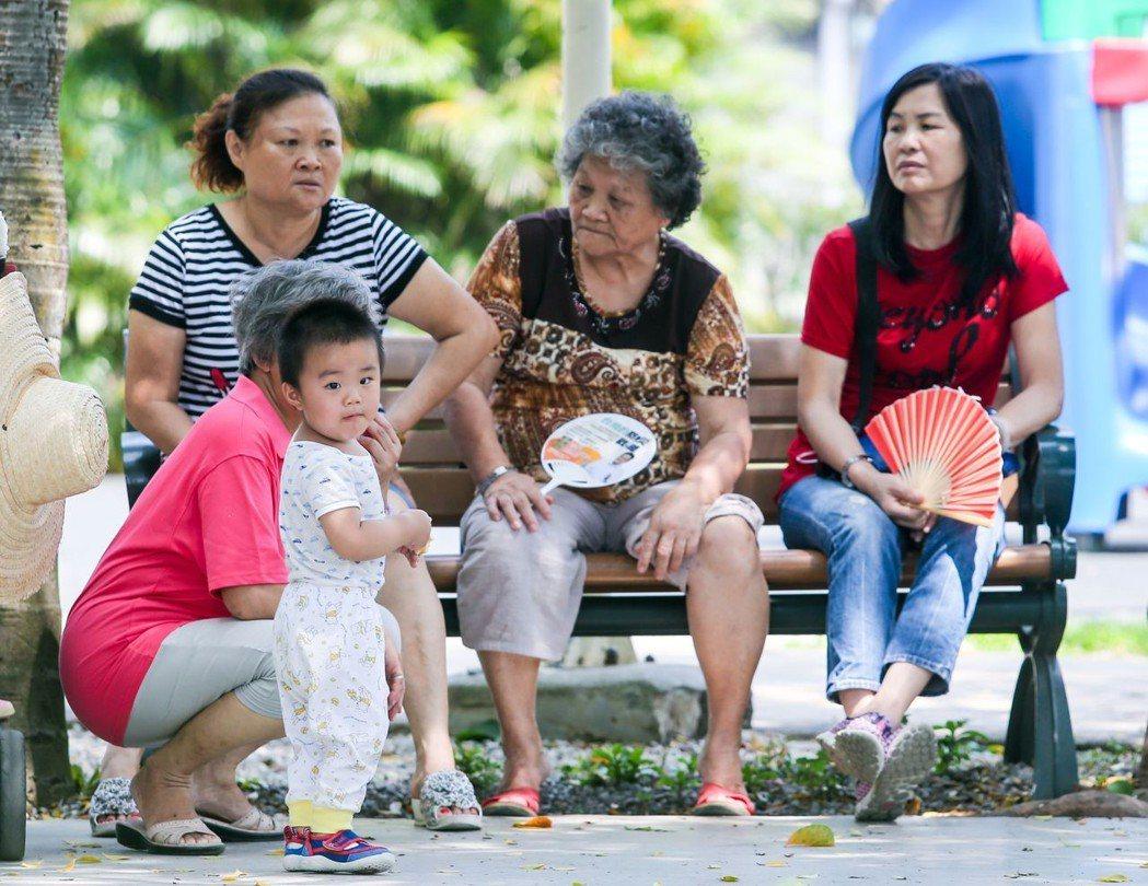 父母親仍在工作沒有親自育兒,4縣市也可在不同條件下給予「育兒津貼」。 記者鄭清元...