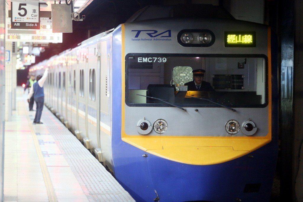 台鐵日南站今晚6時22分發生開關饋電線鬆脫情形,共計影響16列次、1800名旅客...