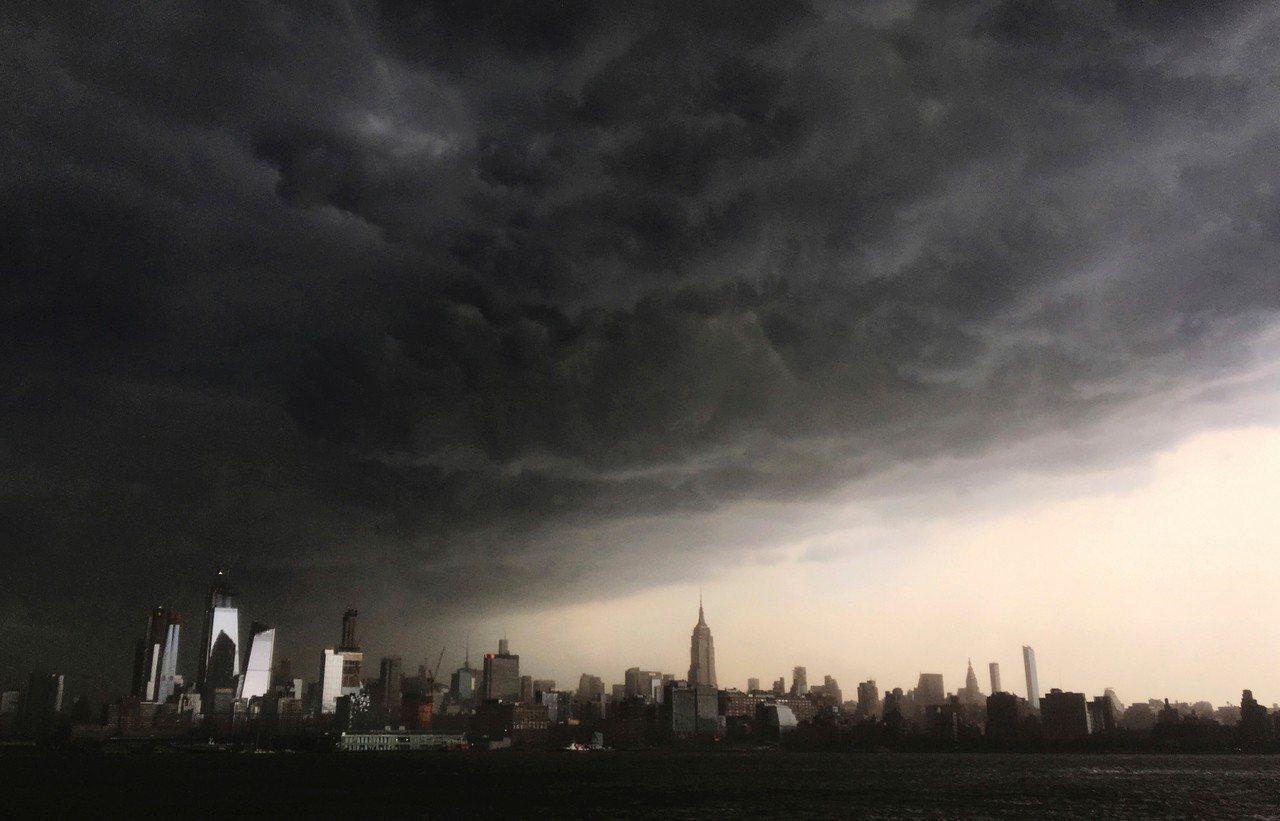 15日紐約曼哈頓的天空被雲層遮蓋,而後大雨滂沱,造成市區交通大亂。 美聯社