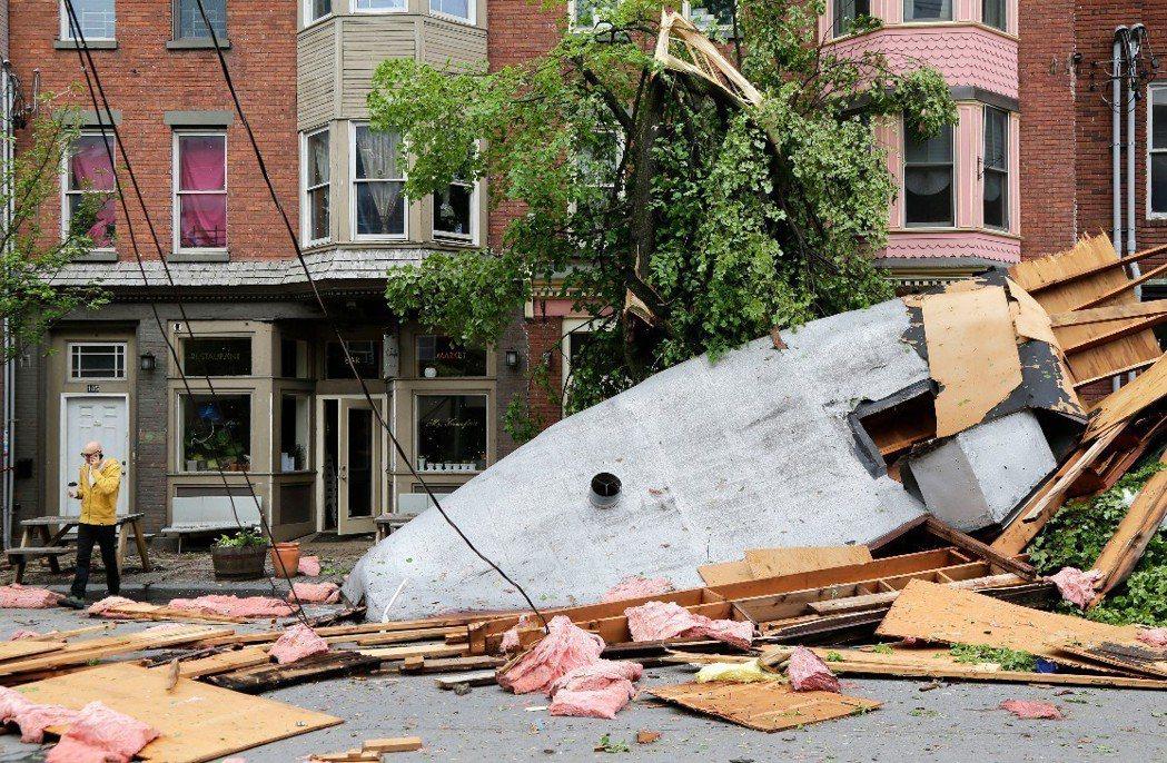 紐約州紐堡市(Newburgh)多處出現房屋、路樹倒塌災情。 美聯社
