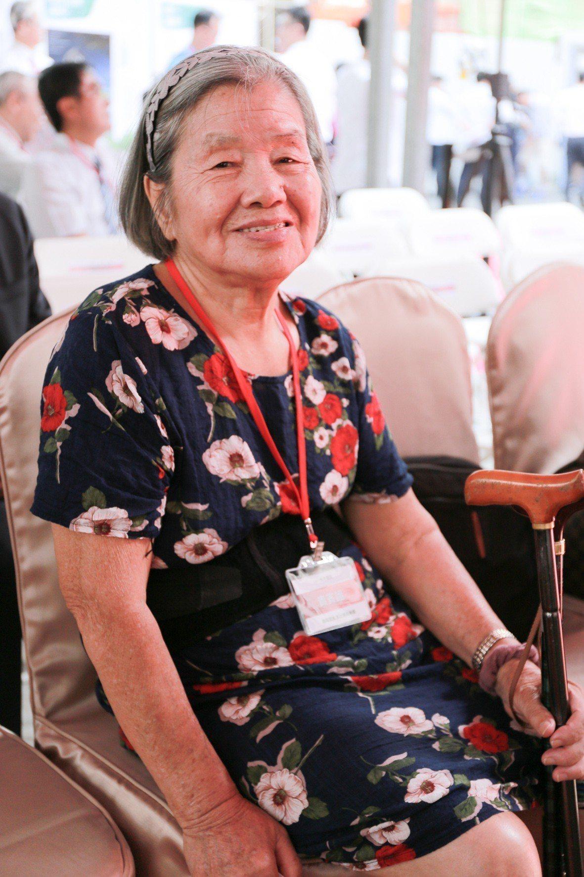 住戶張媽媽高齡85歲,希望有生之年能住進有電梯的大樓。 攝影/張世雅