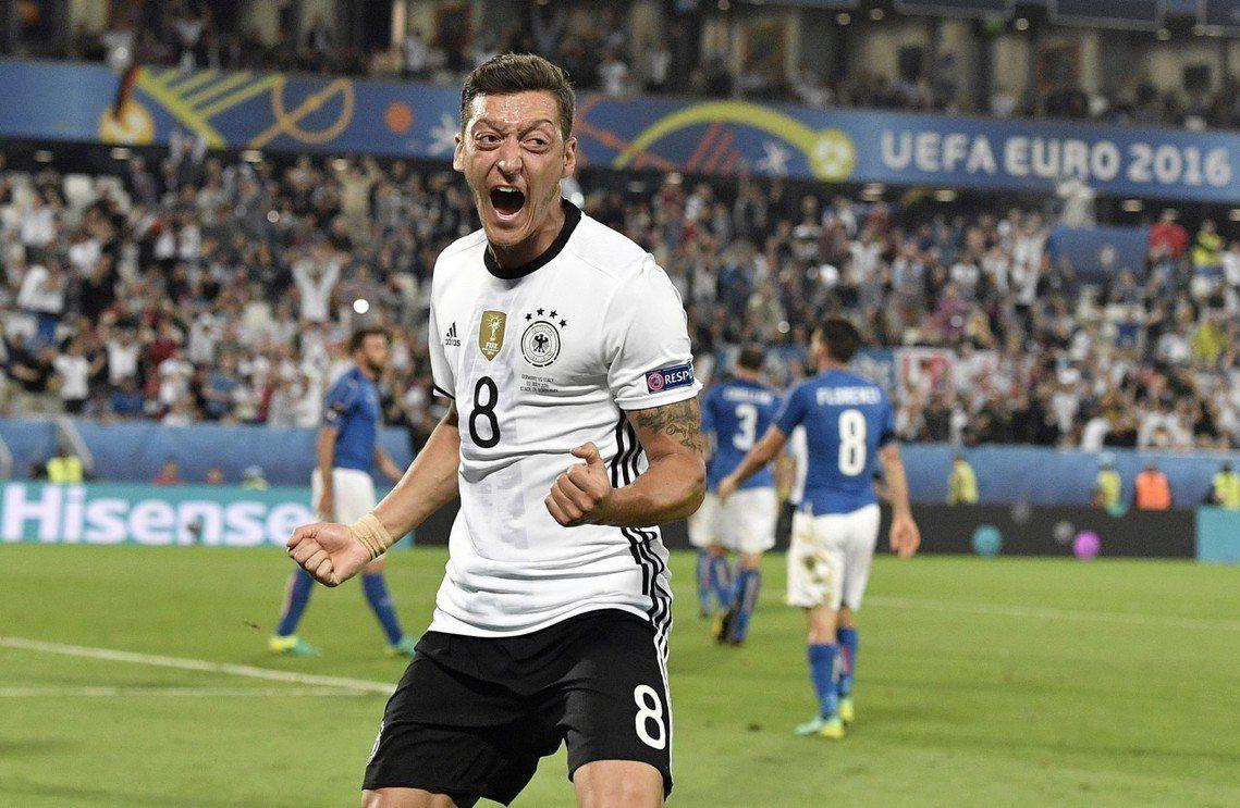 2016年歐洲盃,厄齊爾對義大利隊的進球。 圖/路透社
