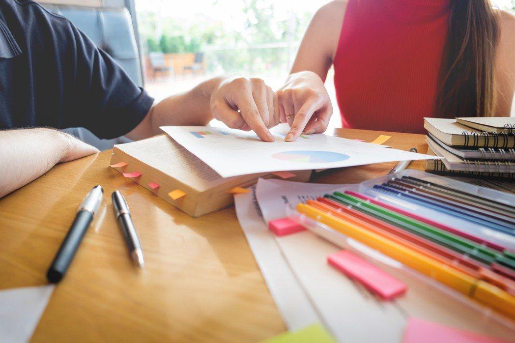教育部為鼓勵在職人士回校進修,3日宣布開放式大學政策,除延長進修部修業年限至10...
