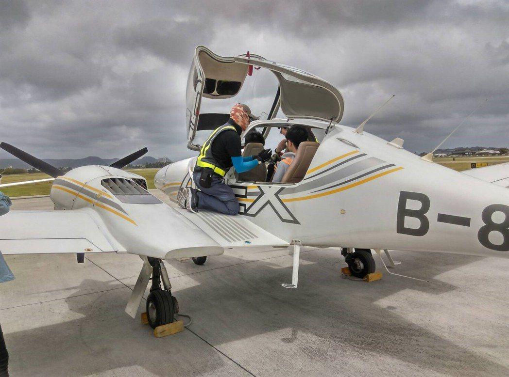 學生實地體驗飛行任務。 健行科大/提供。