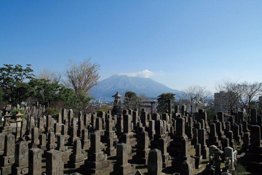 南洲墓地。由於西鄉隆盛就是葬在南洲墓地,因此該團體認為,在此為大久保利通舉辦這樣...