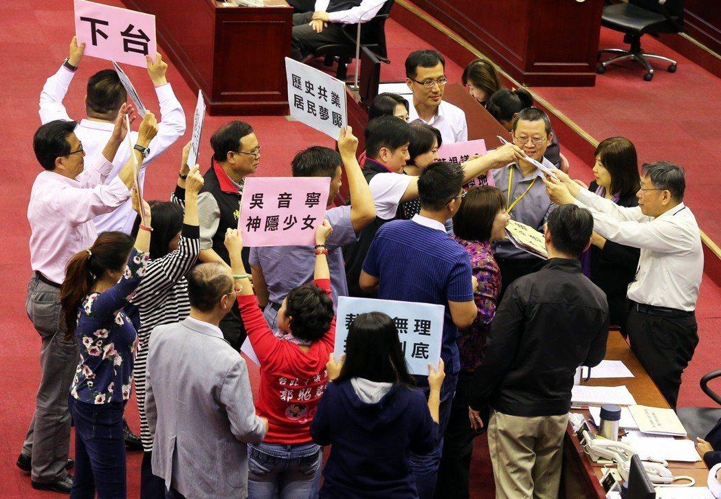 政客對吳音寧的攻擊不遺餘力,例如:她是不是靠爸?她當北農總經理一直出包?菜價崩盤...
