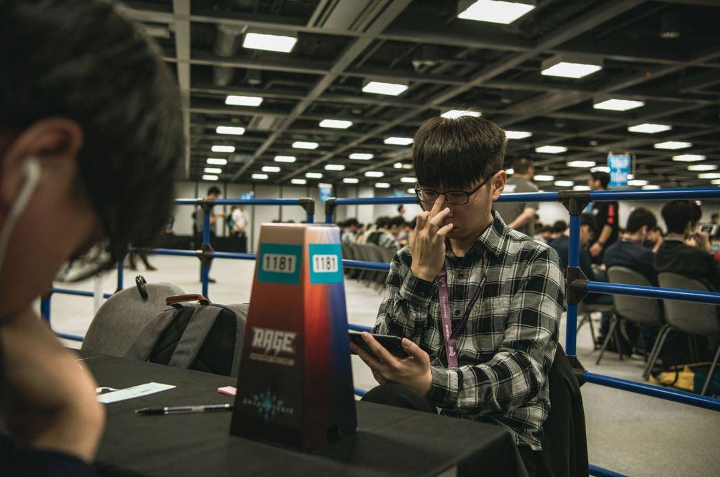 「NineVoice」選手(右)在RAGE西日本預賽中專注的神情。 (照片:...