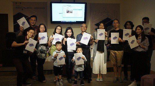 台北市客委會主委(中)與現場參與民眾合影。 台北市客家文化基金會/提供
