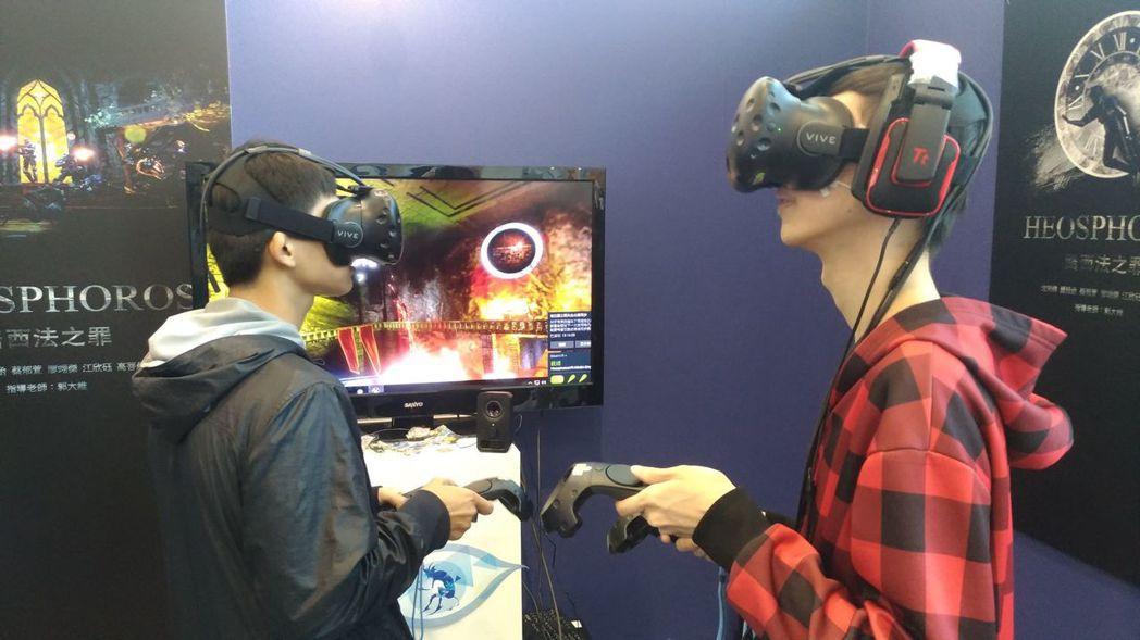 數位系2018放視大賞參展,參觀民眾體驗VR遊戲。 文藻外大/提供。
