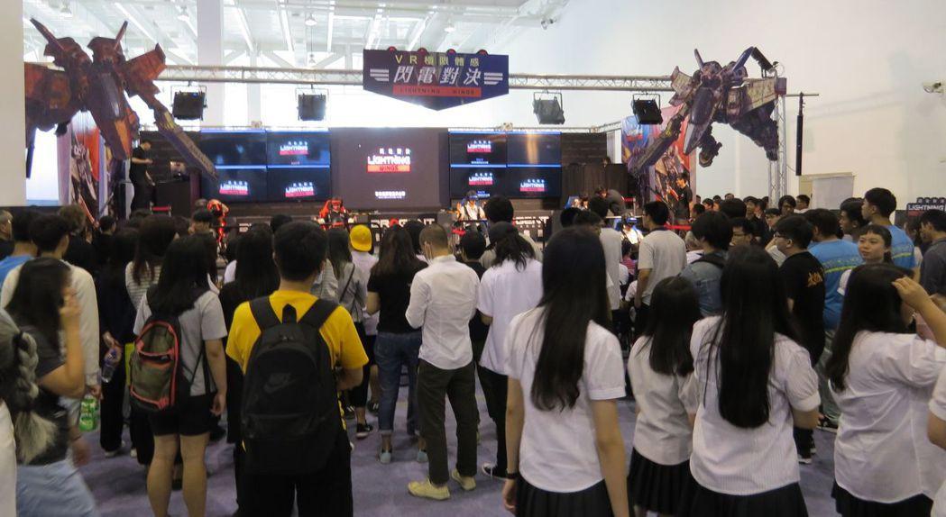 時下最夯的VR體感電競館吸引不少青年學子。 李福忠/攝影