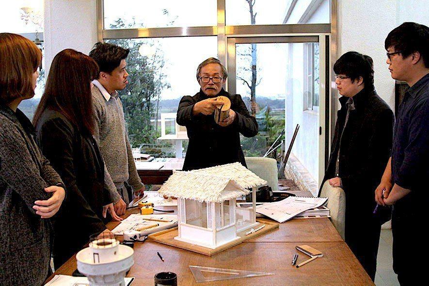 (圖)士耕設計林華章專案主持與團隊進行設計發想過程
