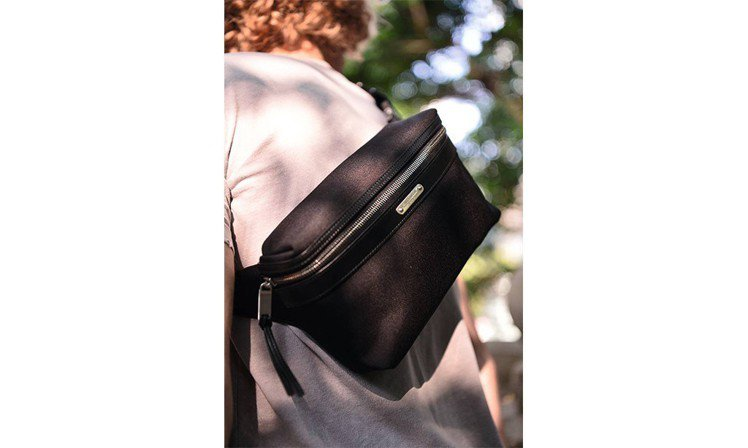 運用上乘皮革搭載帆布製作,突顯 MADE IN ITALY 的優越品質,袋身正面...