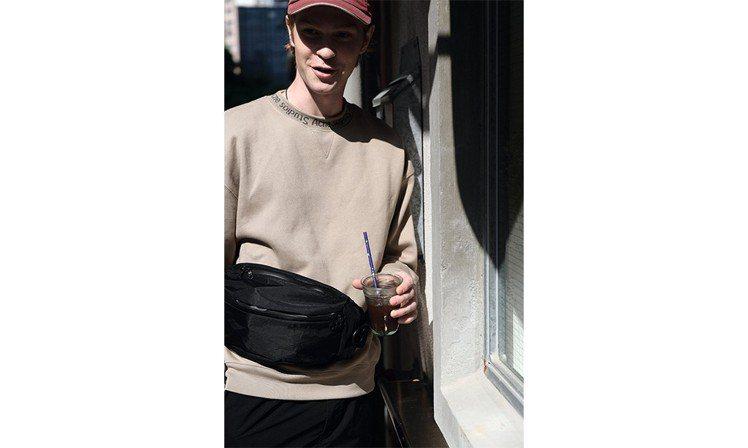 快拆式可調節肩帶透過符合人體工學設計的三點固定,腰包背面還特地以防滑樹脂印有品牌...