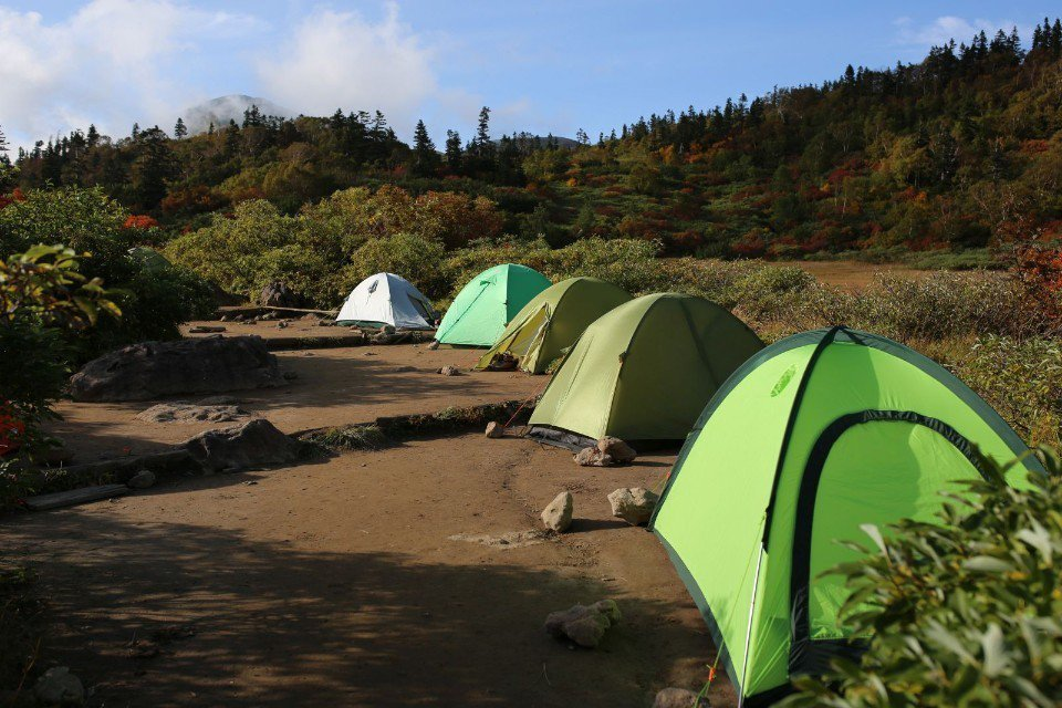 ▲山屋旁也附設營地,不少當地山友以野營方式過夜。(Cliff 攝)