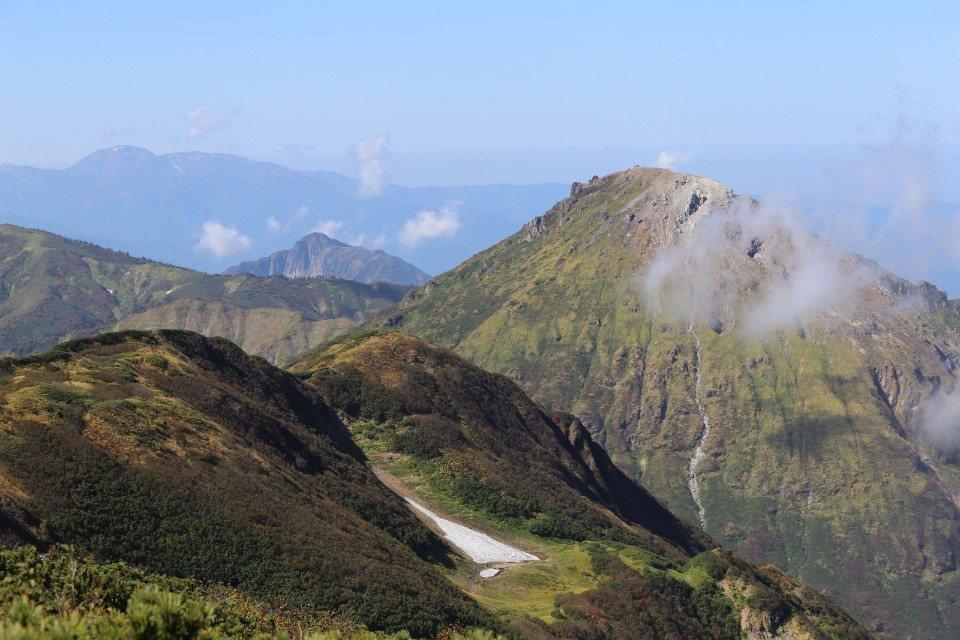▲前方不穩定的燒山,都已經9月了,前方還有上一個冬季的殘雪。(Cliff 攝)