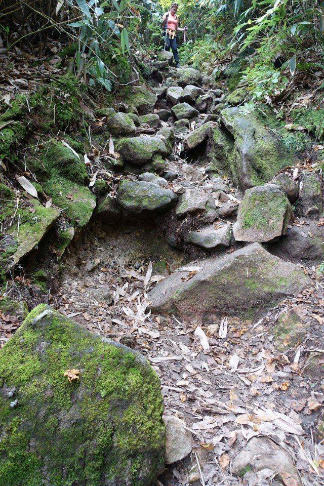 ▲然後再陡下到峰峰相連之間的谷底。(Cliff 攝)