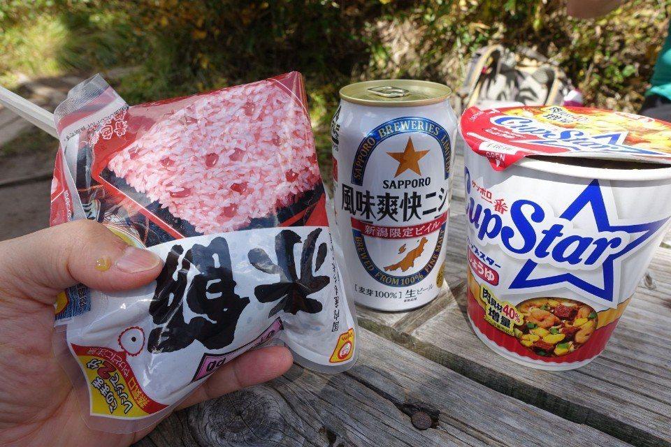 ▲還幫我們端來了豐富的午餐,又幫我們把吃完的垃圾收走。(Cliff 攝)