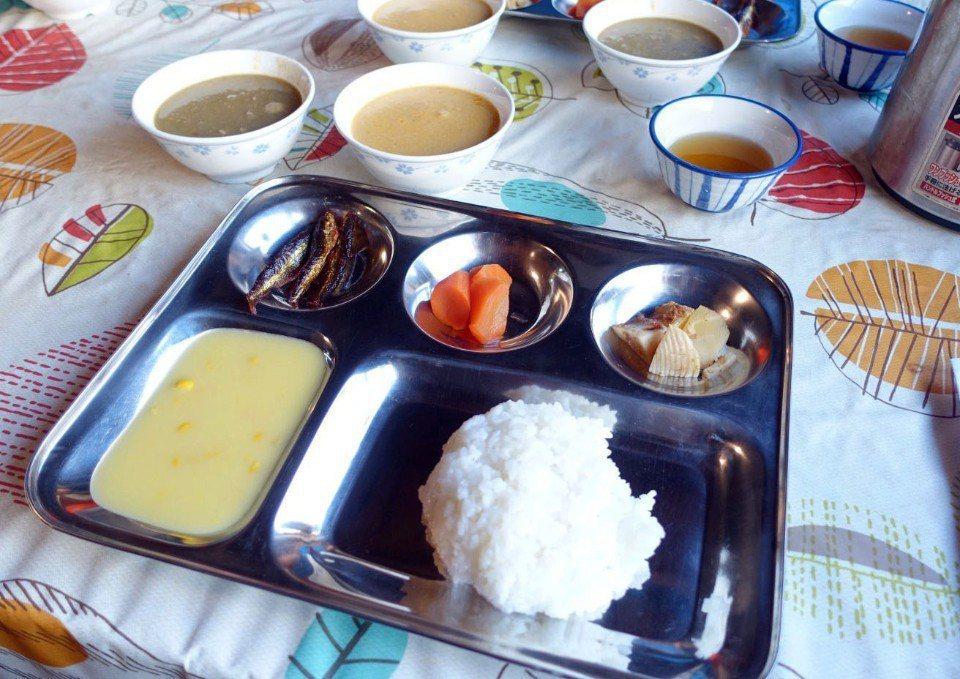 ▲日本山屋的晚餐千篇一律咖哩飯,但黑沢池山屋多了印度咖哩。(Cliff 攝)
