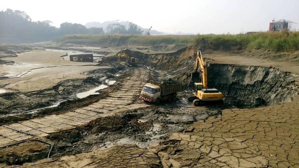 台南白河水庫乾涸見底,水利署南區水資源局趕緊清淤。圖/南水局提供