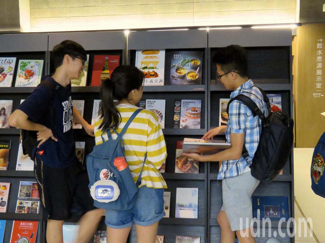 益品書屋巡迴書展前進實踐大學,有400本餐飲相關書籍。 記者雷光涵/攝影