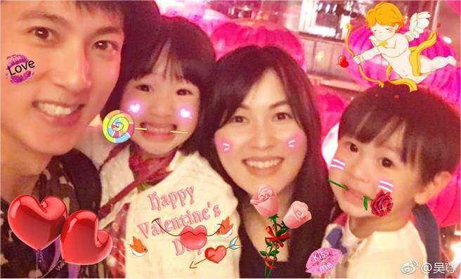 吳尊和老婆林麗瑩、女兒NeiNei、兒子Max 一家四口超幸福。圖/摘自微博