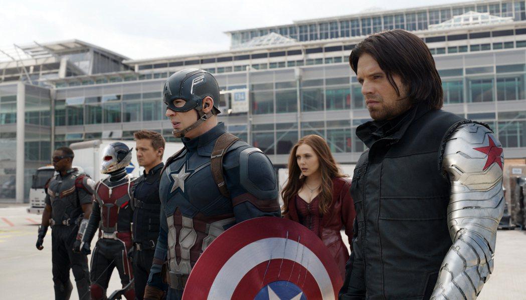「美國隊長:英雄內戰」中蟻人(左二)和美國隊長(中)並肩作戰。圖/摘自imdb