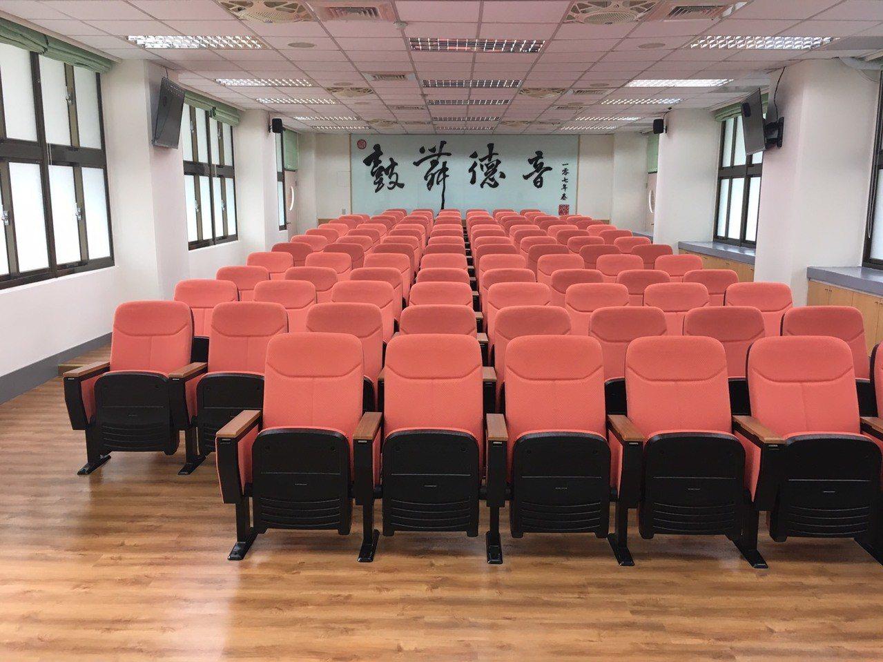 德音國小視聽教室已被改造成階梯型設計。圖/市議員蔡淑君提供