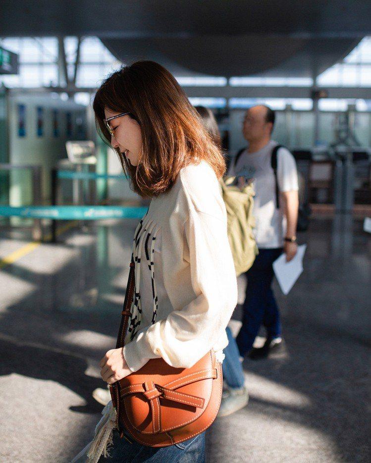 陳嘉樺Ella的機場時尚是俏麗的LOEWE穿搭。圖/取自IG