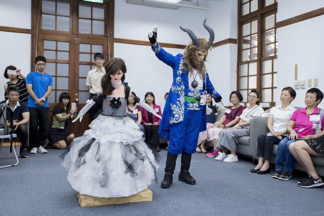 三民國小六年級學生洪彥翔,以經典卡通「美女與野獸」為發想,打造真人比例的女舞者,...