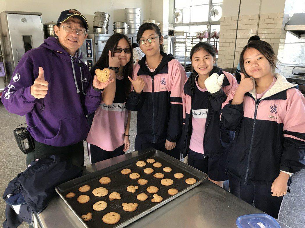 大德國中師生製作梅餅。圖/大德國中提供