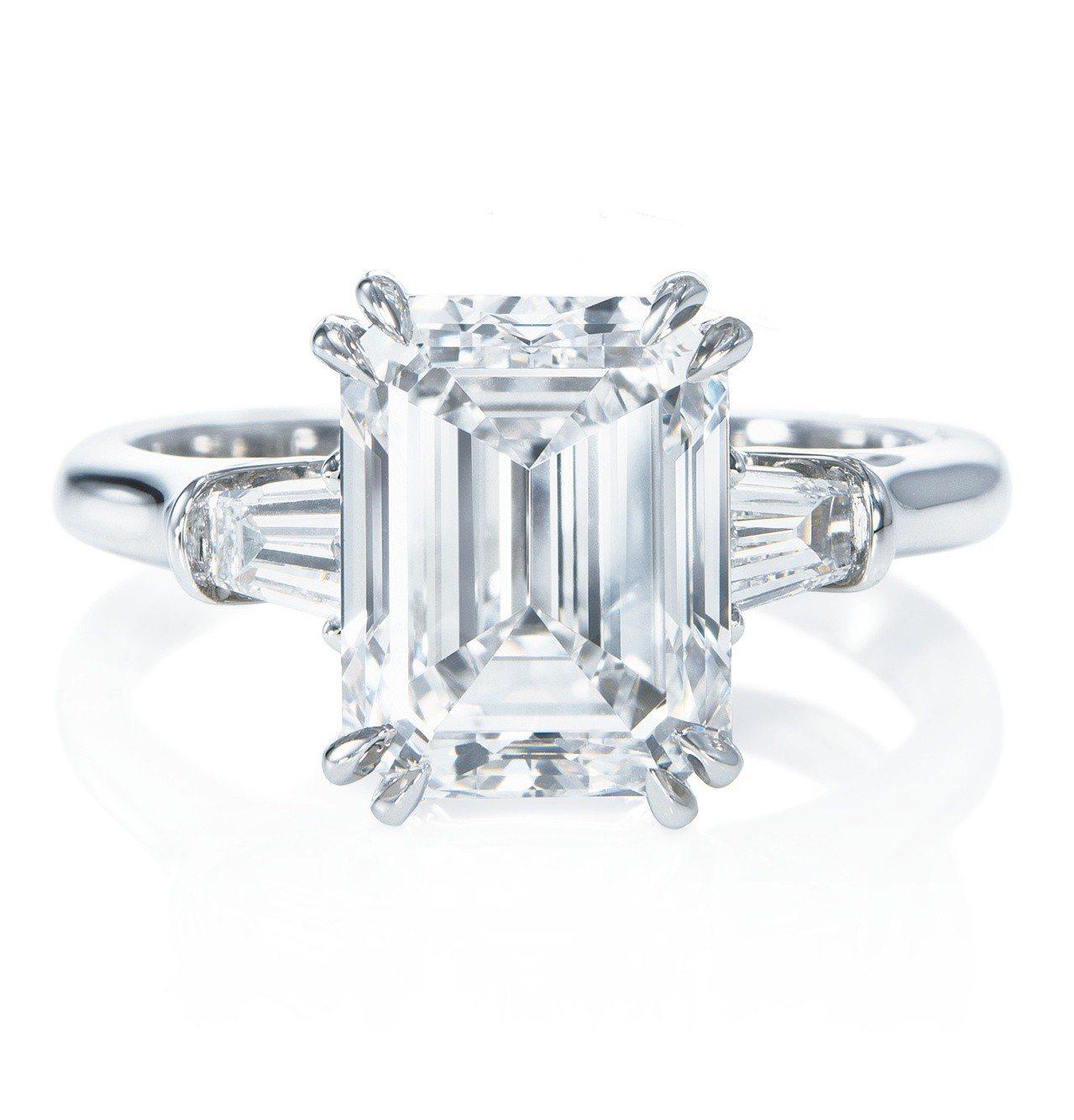 經典溫斯頓Classic Winston系列祖母綠型切工鑽石戒指。圖/海瑞溫斯頓...