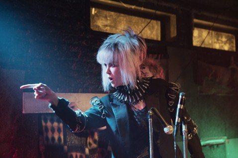 去年在坎城影展引起轟動的「派對撩妹守則」以盛行龐克搖滾的70年代英國為背景,敘述外星少女與地球男孩之間的青春綺麗愛戀。導演約翰卡麥隆米契爾曾執導「搖滾芭比」,作風獨特又充滿創意。扮演外星少女的艾兒芬...