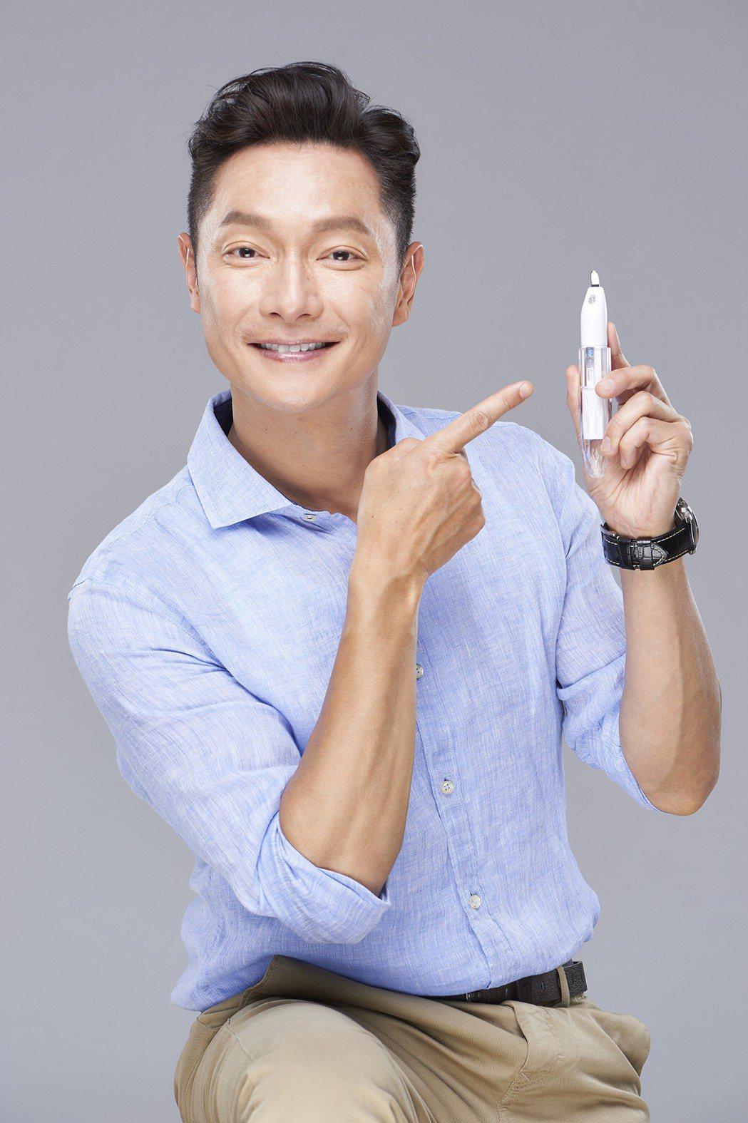 謝祖武為代言美妝商品粉刺戰痘機拍攝宣傳照。圖/明悅提供