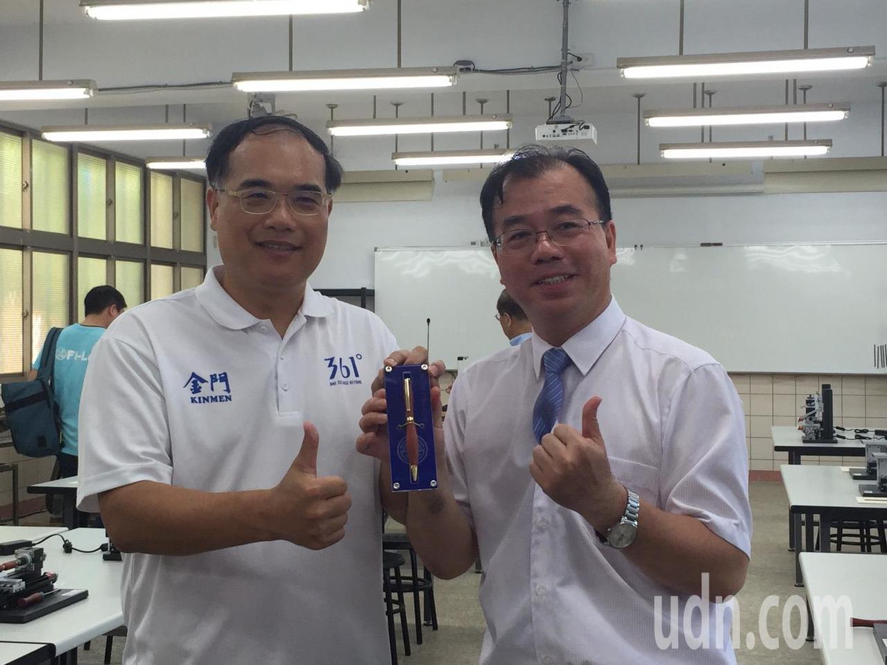 金門高中校長廖俊仁(右)把親手做的木製筆,送給教育處長李文良(左)。記者蔡家蓁/...