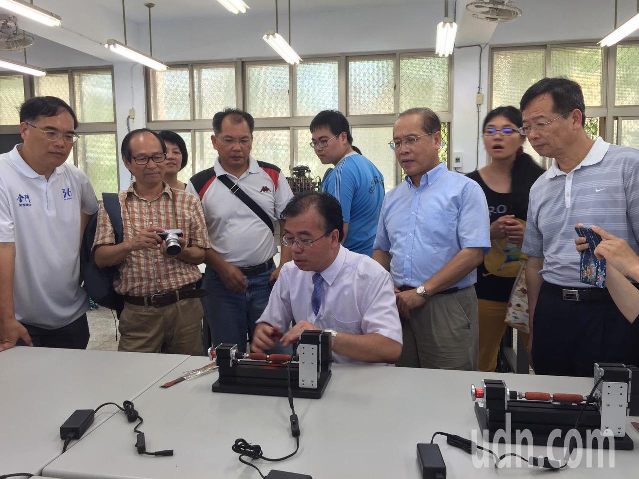 金門高中創客自造實驗室今天正式啟用,校長廖俊仁親自示範用小車床打造木製筆,讓眾人...