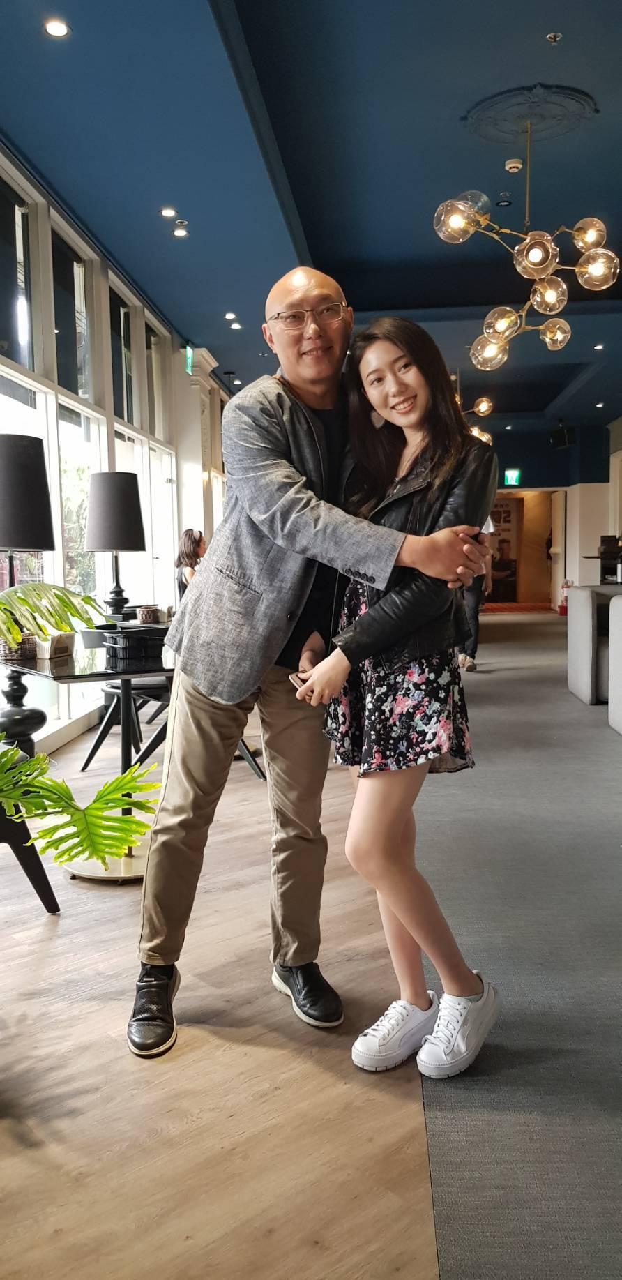 鄧安寧(左)對女兒雨晨的演藝才華很是驕傲。記者杜沛學/攝影