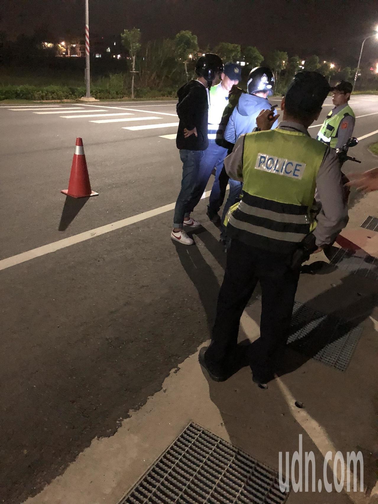 金門生產高粱酒,連帶的酒駕頻率也很高,圖為警方夜間實施臨檢。記者蔡家蓁/攝影