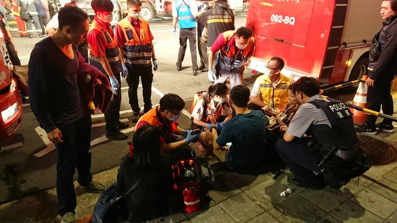 救護人員評估被救出的民眾狀況,所幸無大礙。照/讀者提供
