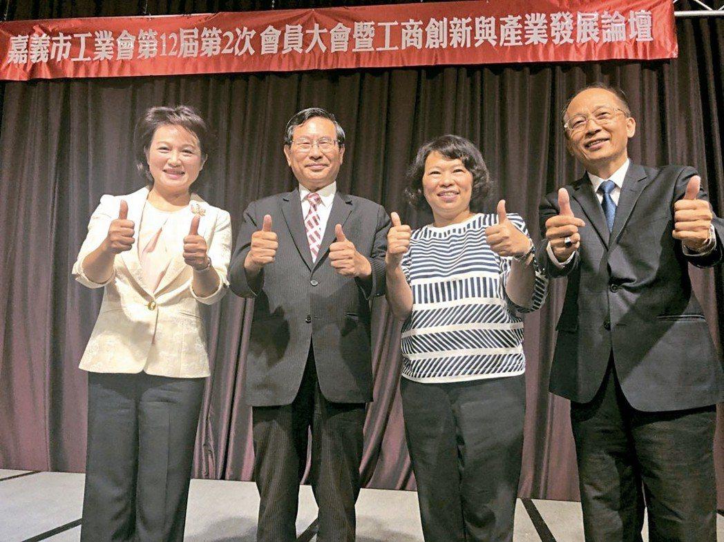 嘉義市工業會昨天邀請蕭淑麗(左起)、涂醒哲、黃敏惠3位嘉義市長參選人,發表對工商...