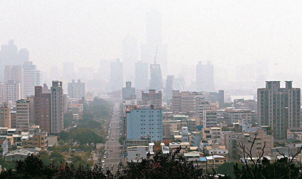 南部空汙嚴重,高雄八五大樓隱沒在霧霾之中。 圖/聯合報系資料照片